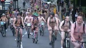 800 cyclonudistes au centre ville de Londres le 9 juin 2012